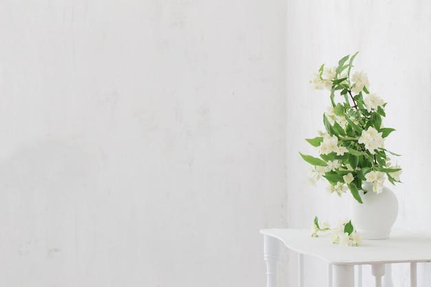 Fleurs De Jasmin Dans Un Vase Sur Fond Vieux Mur Photo Premium