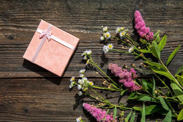 Fleurs de lavande avec un joli cadeau Photo gratuit