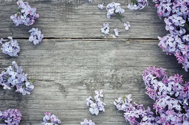 Fleurs lilas sur fond en bois. beau lilas sur fond en bois. Photo Premium