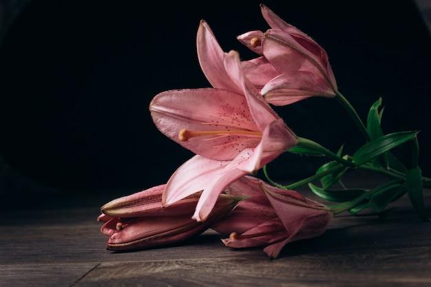 Fleurs de lis sur fond en bois foncé avec espace de copie Photo Premium