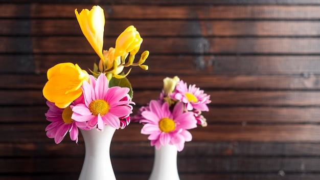 Fleurs Lumineuses Dans Deux Vases Photo gratuit