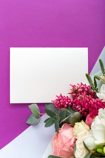 Fleurs Maquette Carte-cadeau. Carte De Félicitations En Bouquet De Roses, Tulipes, Eucalyptus Sur Fond Violet. Photo Premium