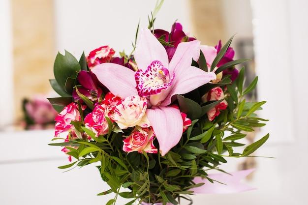 Fleurs De Mariage, Bouquet De Mariage De Roses Rouges Pêche Roses Et Roses Et Bleu Violet Violet Orchidée Bouquet De Bleu, Violet Photo Premium