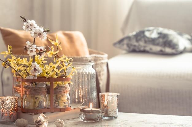 Fleurs Nature Morte Avec Des Objets Décoratifs Dans Le Salon Photo gratuit
