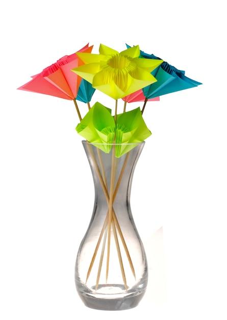 Fleurs D'origami Dans Un Vase En Verre Isolé Sur Blanc. Photo Premium