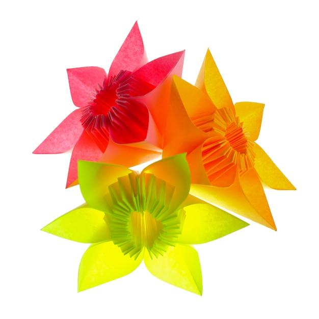 Fleurs En Origami à Partir De Modules De Papier Isolés Sur Blanc Photo Premium