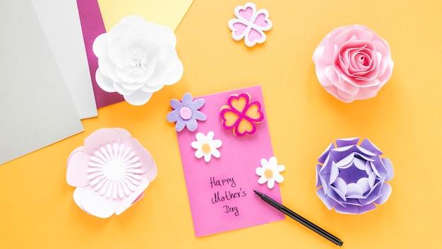 Fleurs En Papier Vue De Dessus Sur Fond Jaune Photo gratuit