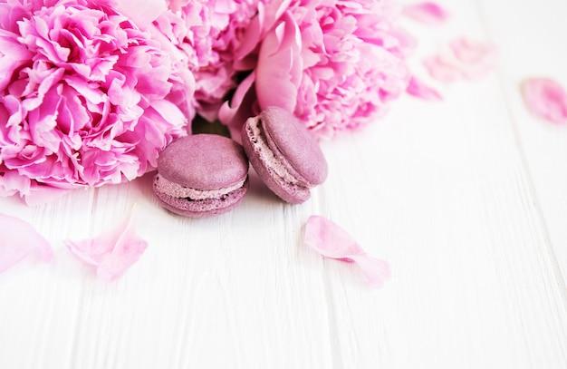 Fleurs de pivoine rose avec des macarons Photo Premium