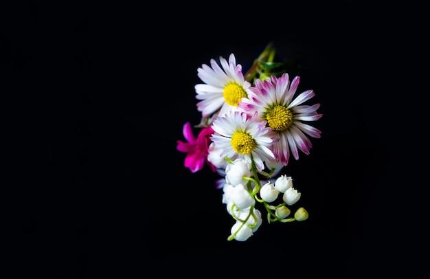 Fleurs De Printemps Cadeau Rose Jaune Copie Espace Fond Noir Photo Premium