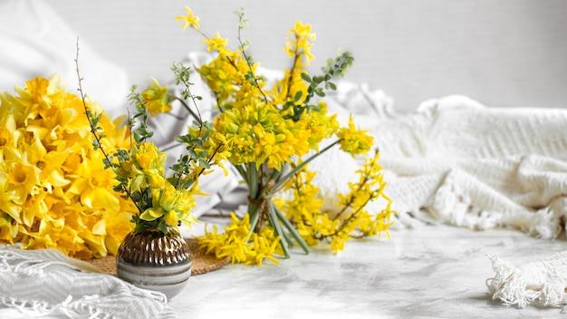 Fleurs De Printemps Et Fleurit Dans Une Atmosphère Chaleureuse. Photo gratuit