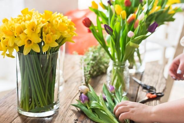 Fleurs de printemps sur une table en bois Photo Premium