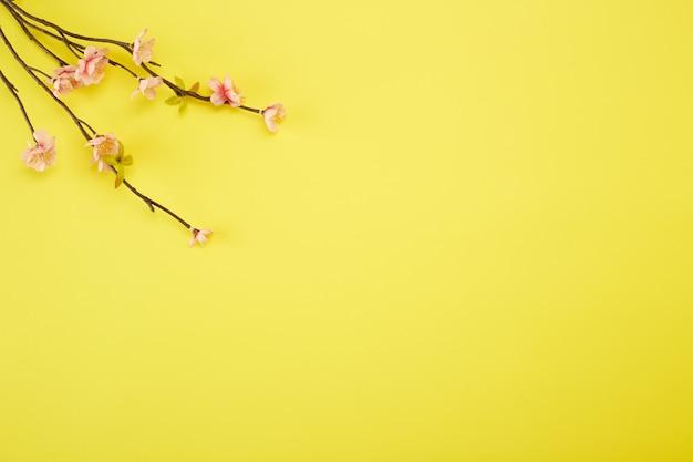 Fleurs de prunier sur fond jaune Photo Premium