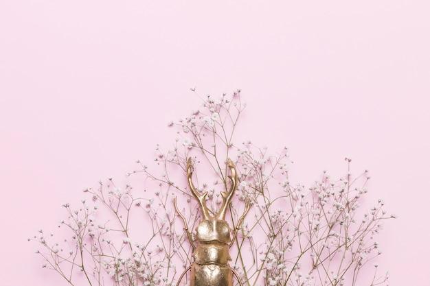 Fleurs Et Punaise Photo gratuit