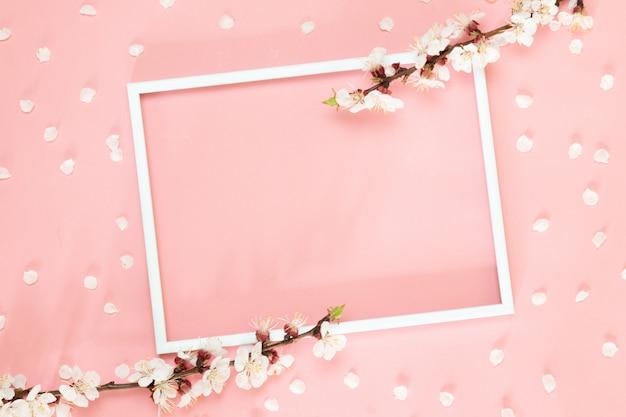 Fleurs roses, cadre photo sur fond rose Photo Premium