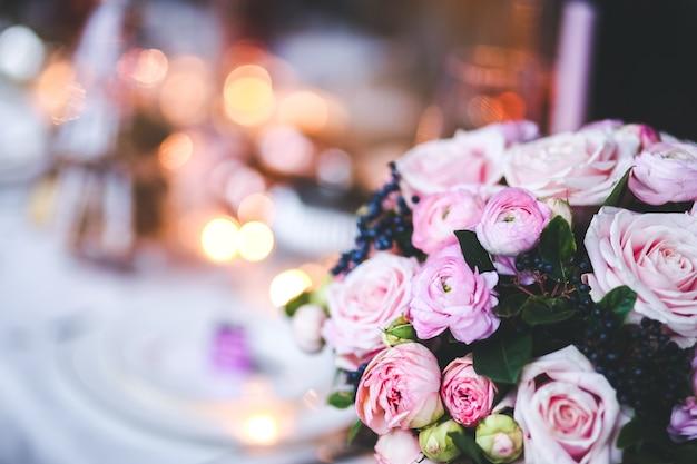 Fleurs Roses Dans Un Vase Avec Une Table De Mise Au Point Arrière-plan Photo gratuit