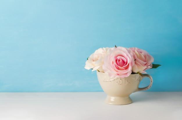 Fleurs Roses Roses Artificielles En Coupe Vintage Photo Premium