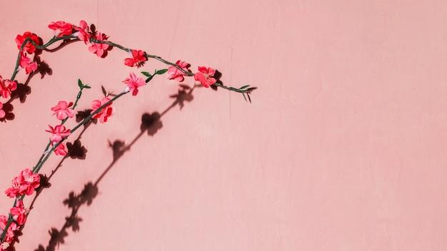 Fleurs rouges dans une branche Photo gratuit