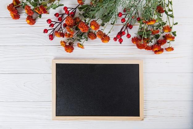 Fleurs rouges avec tableau blanc sur tableau blanc Photo gratuit