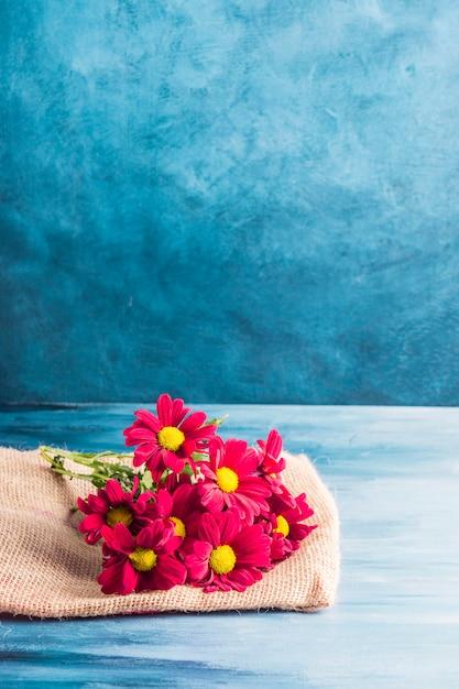 Fleurs Rouges Sur Toile Sur Table Photo gratuit