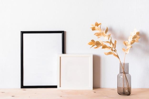 Fleurs Séchées Et Cadres Photo Contre Un Mur Lumineux Photo Premium