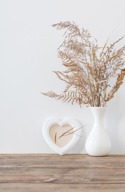 Fleurs Séchées Dans Un Vase Sur Une Table En Bois Sur Blanc Photo Premium