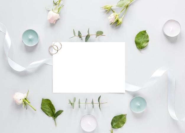Fleurs Sur Table Et Invitation De Mariage Photo gratuit