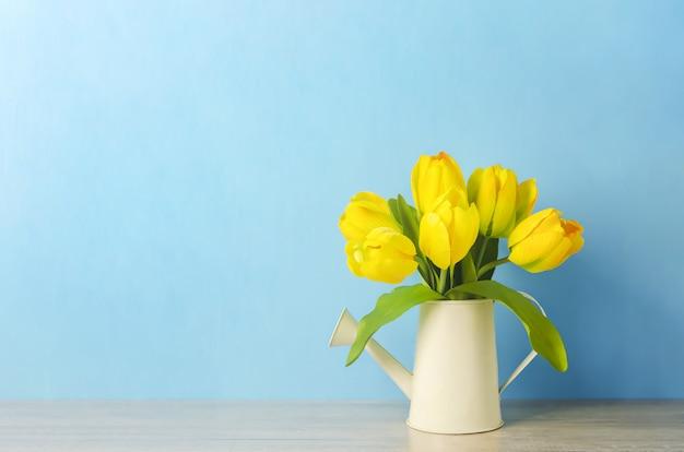 Fleurs De Tulipes Jaunes Artificielles à L'arrosoir Photo Premium