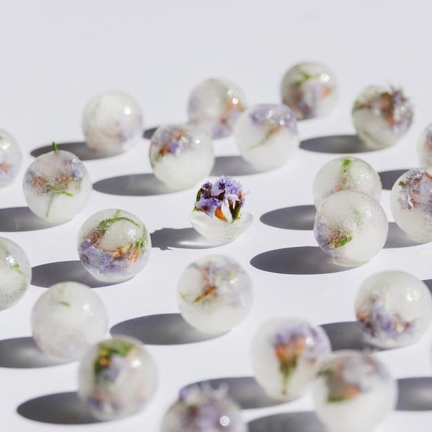 Fleurs violettes en boules de glace Photo gratuit