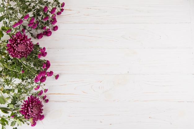 Fleurs violettes dispersées sur une table en bois Photo gratuit