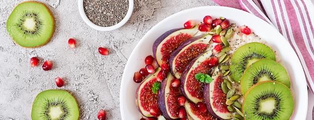 Flocons d'avoine délicieux et sains avec des figues, du kiwi et de la grenade. Photo Premium