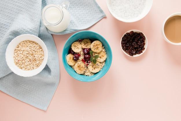 Flocons d'avoine et fruits au lait et café Photo gratuit