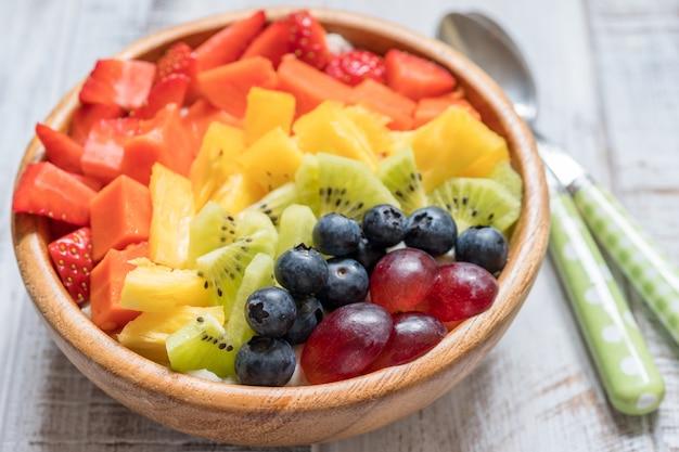 Flocons D'avoine Pour Les Enfants Garnis De Fruits Arc-en-ciel Photo Premium