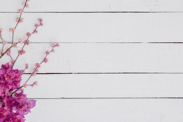 Floral De Branches Sur Fond De Bois Blanc. Photo gratuit