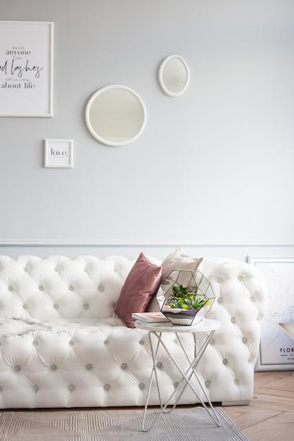 Florarium - composition de plantes succulentes, de pierre, de sable et de verre, élément d'intérieur, décor à la maison Photo Premium