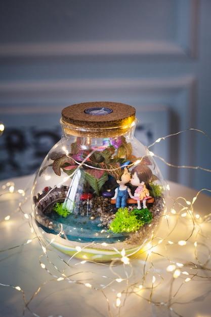 Florarium, composition de plantes succulentes, pierre, sable et verre, élément d'intérieur, décoration intérieure, terarium de verre Photo Premium