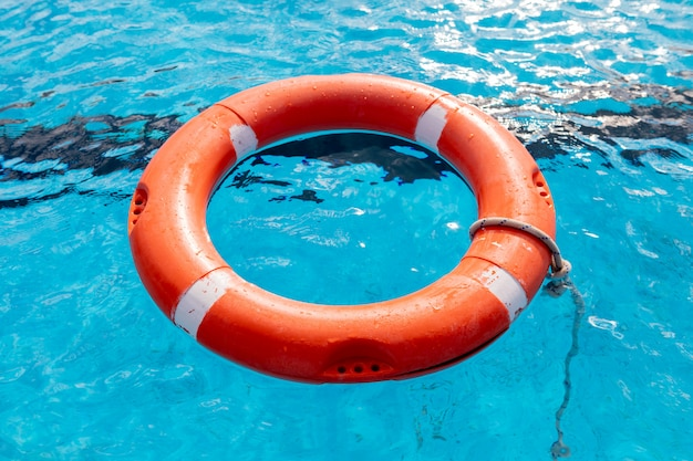 Flotteurs colorés sur une piscine Photo Premium