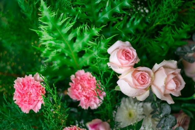 Flou artistique de beau bouquet de rose aux feuilles vertes Photo Premium