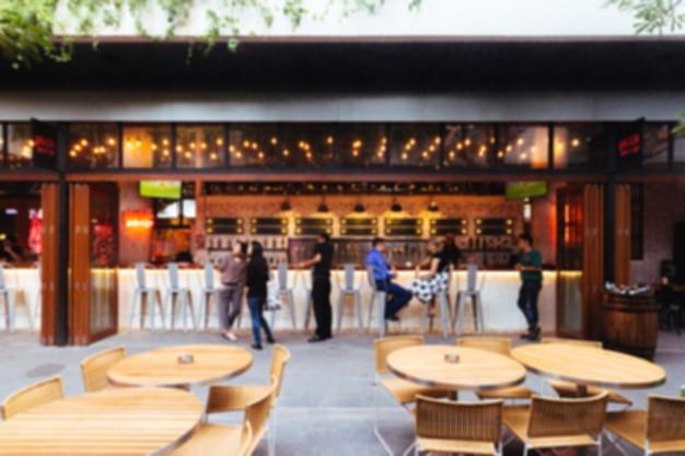 Flou de la bière et du comptoir avec les touristes. confortable, se détendre et s'amuser. Photo Premium