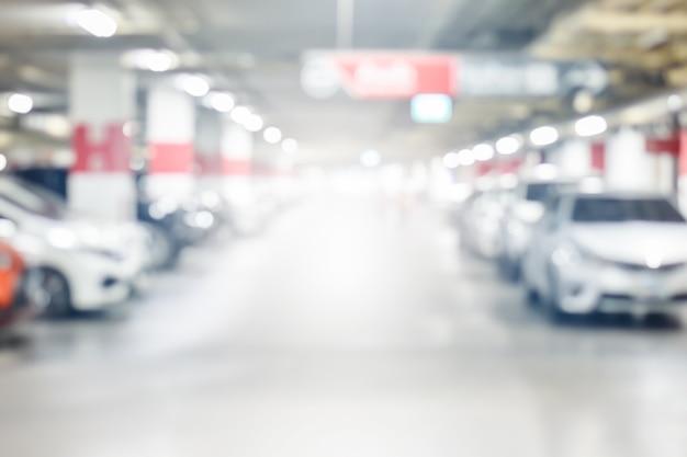 Flou garage souterrain de voitures avec la lumière sur la voie de sortie utiliser comme arrière-plan Photo Premium