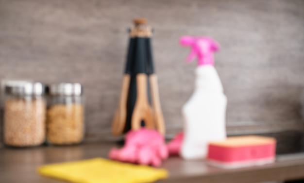Flou d'image. détergents et accessoires de nettoyage dans la cuisine. nettoyage et lavage de la cuisine. service de nettoyage Photo Premium