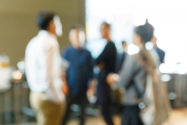 Flou des personnes pendant la pause café Photo Premium