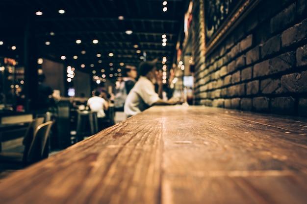 Flou De Table De Bar En Bois Dans Le Café De Nuit / Images De Mise Au Point Sélective Photo Premium