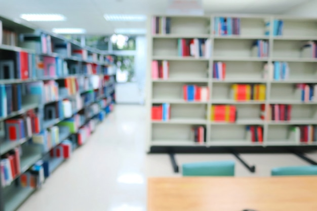 Floue De L'intérieur De La Bibliothèque Publique Avec Des Tables, Des Chaises Et Des Livres En Bois Dans Les étagères. Photo Premium