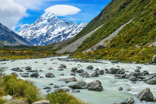 Flux glaciaire entre rochers et gravier dans la vallée de hooker depuis le parc national aoraki mount cook, nouvelle-zélande Photo Premium