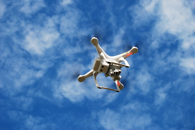 Flying drone on the sky Photo gratuit