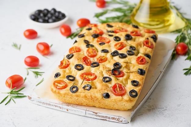 Focaccia aux tomates, olives et romarin. pain plat italien traditionnel Photo Premium