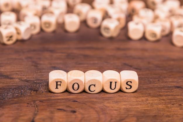 Focus lettres écrites sur des cubes en bois sur la table Photo gratuit