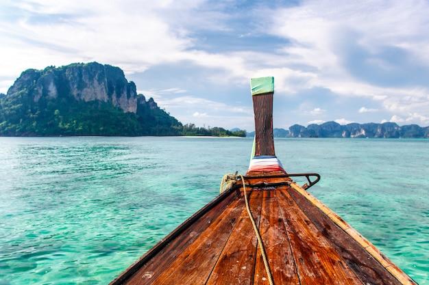 Focus sélectionné sur l'avant d'un bateau à longue queue à la mer de krabi Photo Premium