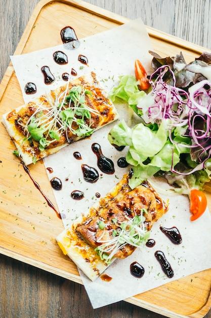 Foie gras sur le pain avec sauce Photo gratuit