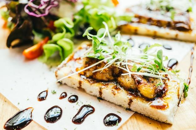 Foie gras sur pain en sauce Photo gratuit